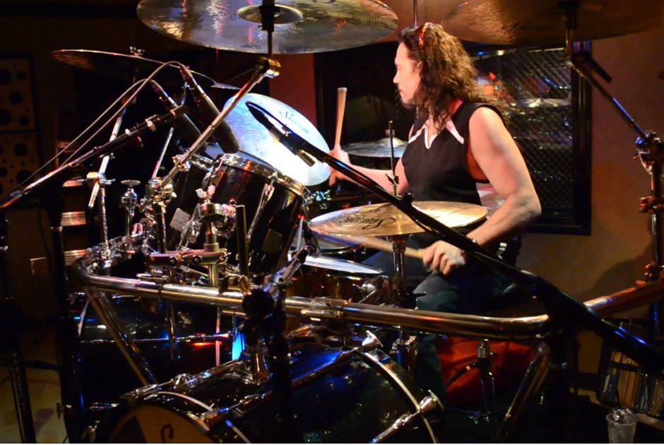 Ex-baterista do Megadeth morre após desmaiar durante show