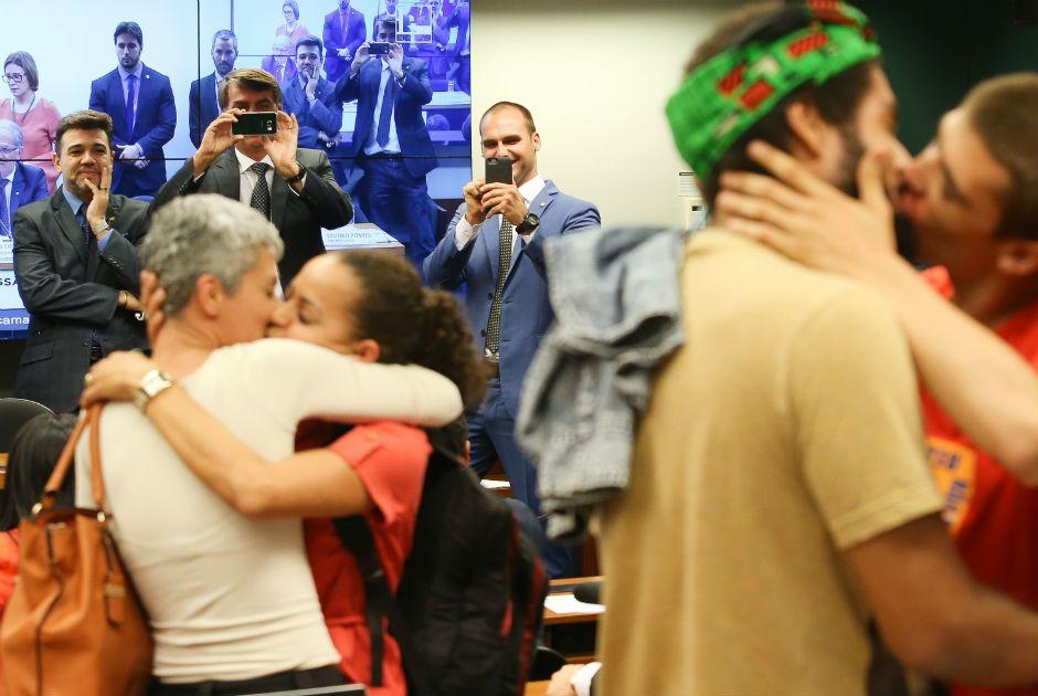 Contra presença de Bolsonaro e Feliciano, ativistas fazem 'beijaço'
