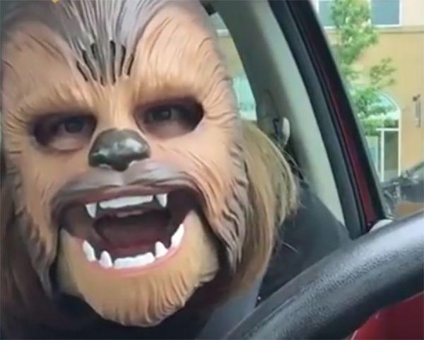 Mulher que viralizou como Chewbacca encontra diretor de Star Wars