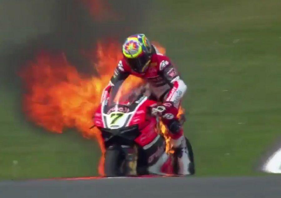 Piloto salta de moto em chamas na Inglaterra