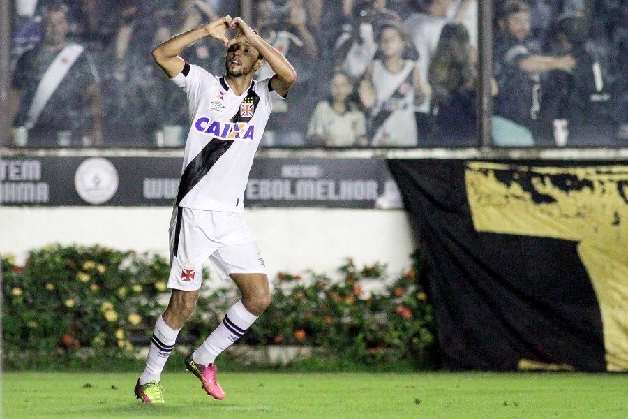 Nenê comemorando gol pelo Vasco