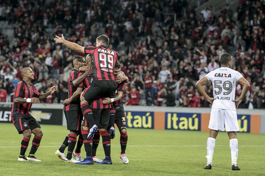 Atlético-PR vence a primeira no Brasileirão