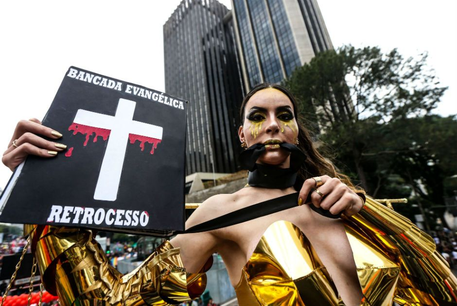 'Crucificada' em 2015, modelo leva Bíblia à Parada LGBT e faz críticas