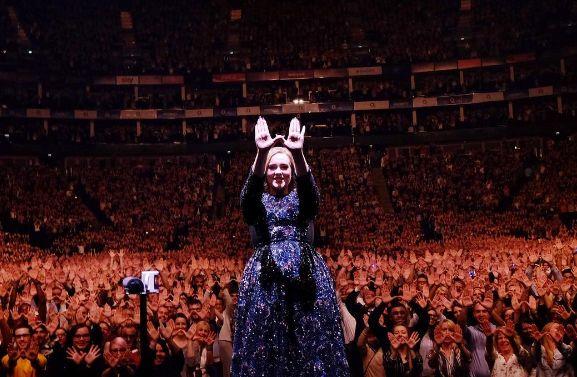 Adele dá bronca e manda fã parar de filmá-la durante show