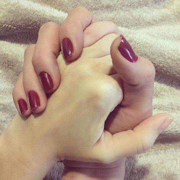 Ana Hickmann posta foto de mãos dadas com cunhada