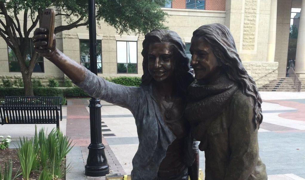 Cidade no Texas ergue estátua em homenagem a selfies