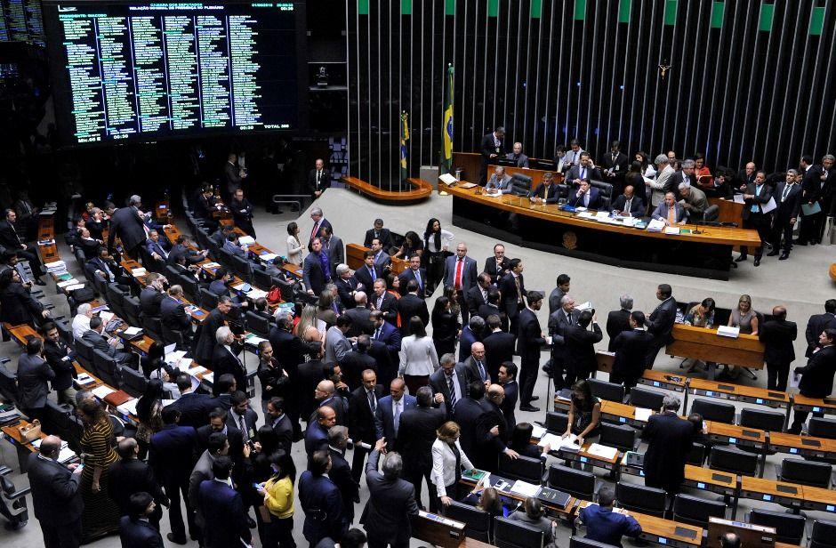 Sancionada lei que reajusta salários dos servidores da Câmara