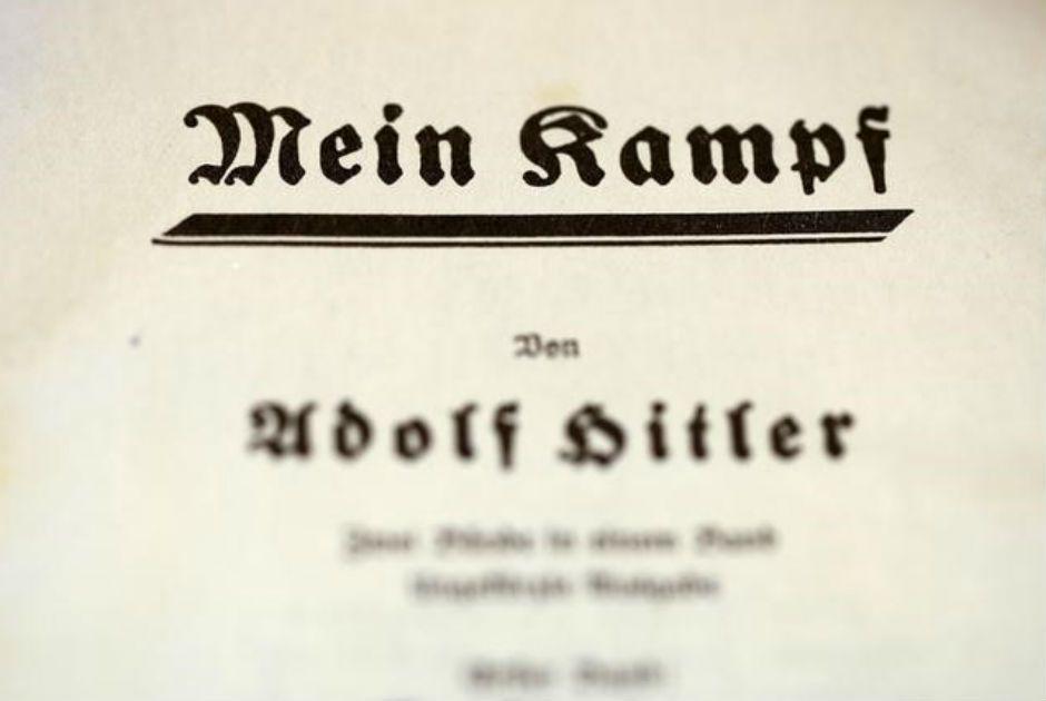 Primeira página de exemplar de 1940 do livro Mein Kampf, de Adolf Hitler / Fabrizio Bensch/Reuters