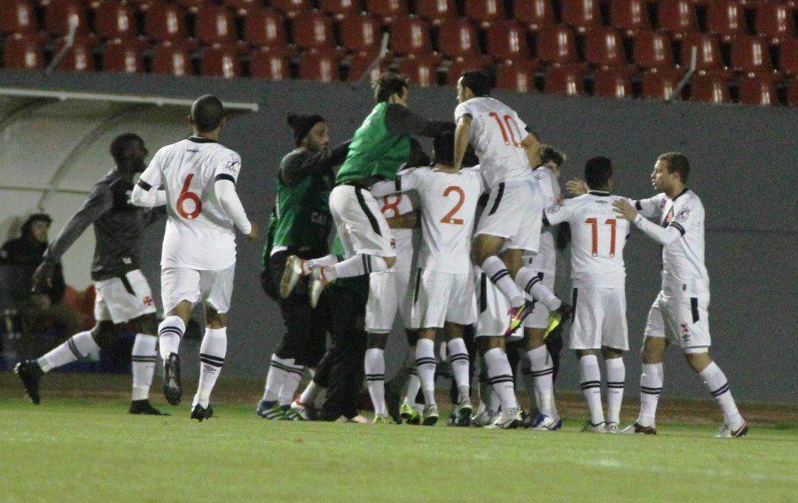 Vasco aproveita falha de goleiro e vence Londrina