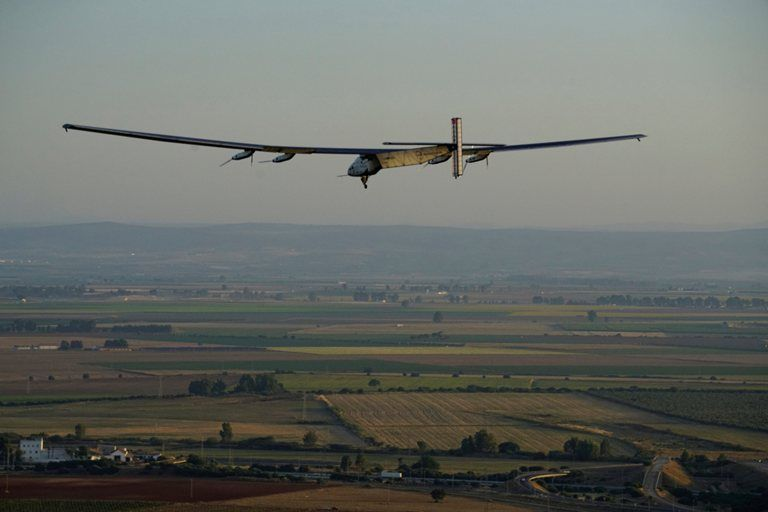 O piloto suíço Bertrand Piccard prepara o avião Solar Impulse 2 para pousar em Sevilha, Espanha / Jean Revillard/ Reuters