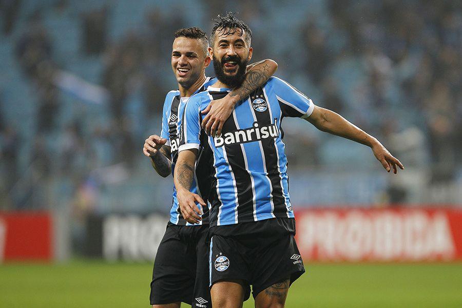 Grêmio leva susto, mas vence Santos e cola na ponta