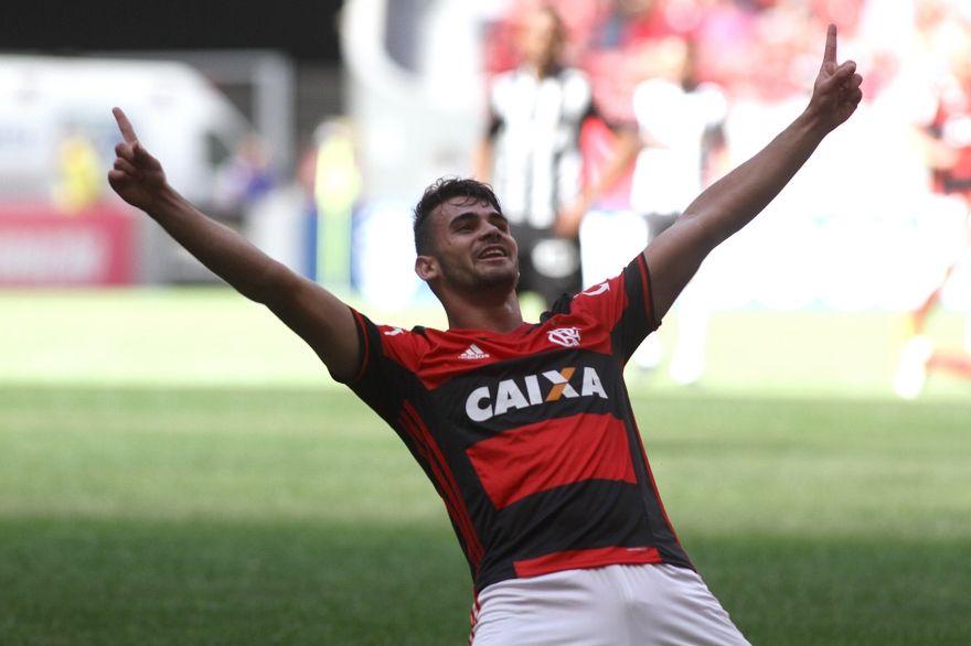 Flamengo vence com dois gols de Vizeu e entra no G4