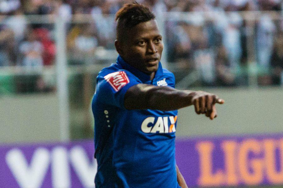 Cruzeiro mantém Riascos afastado e tenta negociá-lo