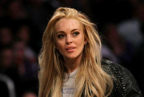 Lindsay Lohan esqueceu a bolsa no carro / Stephen Dunn/AFP