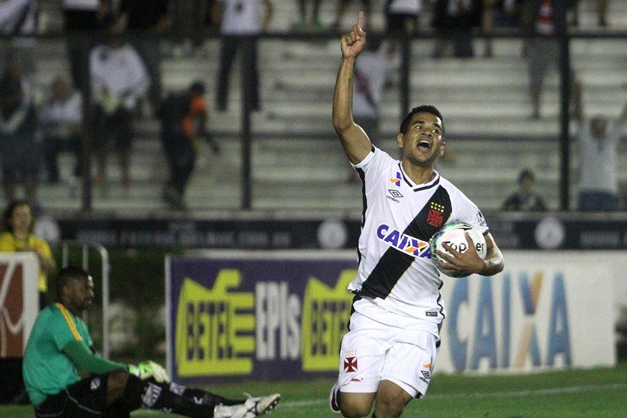 Vasco vira com gol de estreante e segue na liderança
