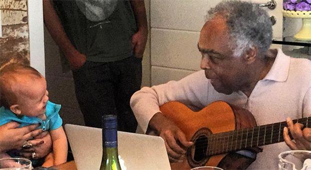 Gilberto Gil compõe música para a bisneta e emociona a família; veja