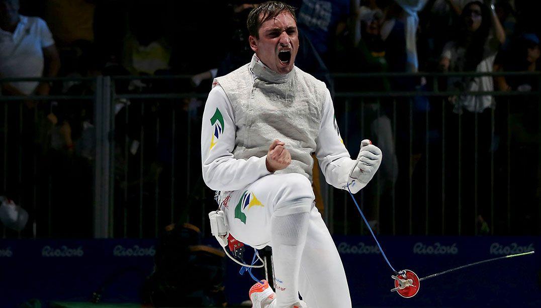 Brasileiro ganha na primeira fase da esgrima individual e avança