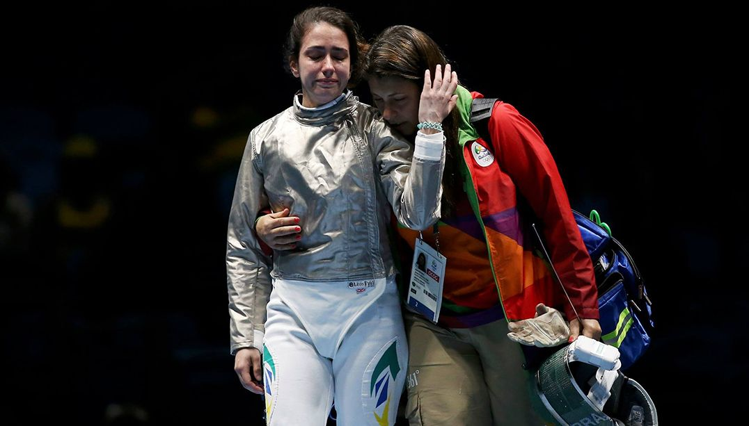 Contundida, esgrimista brasileira deixa Rio 2016