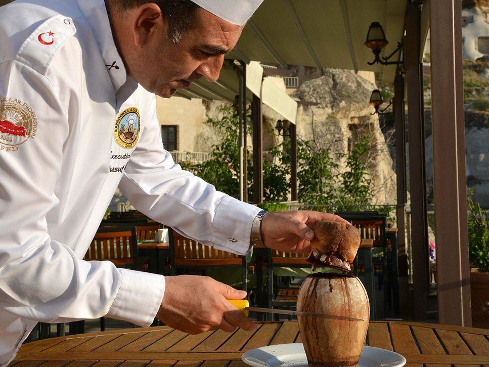 Conheça o testi kebab, prato típico da Turquia