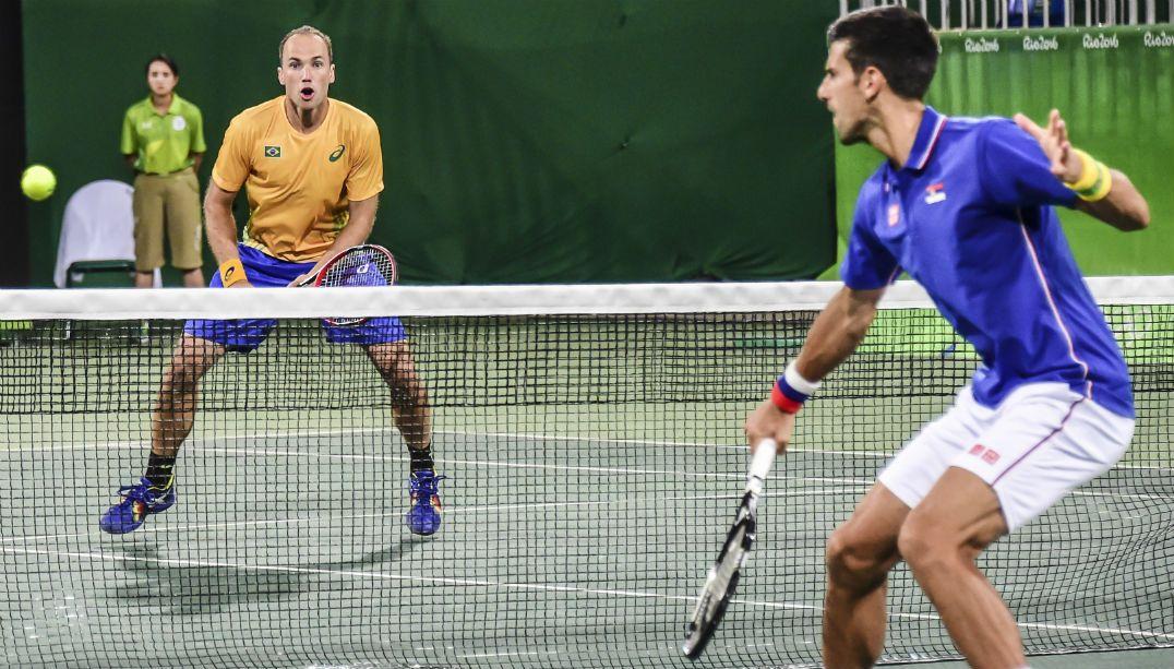 Dupla brasileira vence Djokovic, que ganha o carinho da torcida