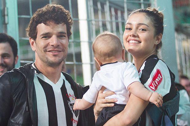 Daniel de Oliveira e Sophie Charlotte posam com o herdeiro