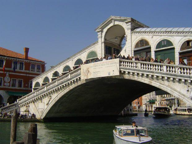 Turistas pulam de ponte em Veneza e geram polêmica na Itália
