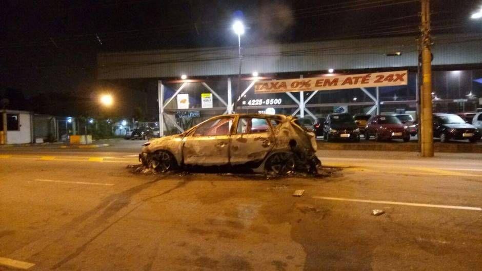 Carros foram queimados durante a fuga do grupo / Ouvinte/Rádio Trânsito