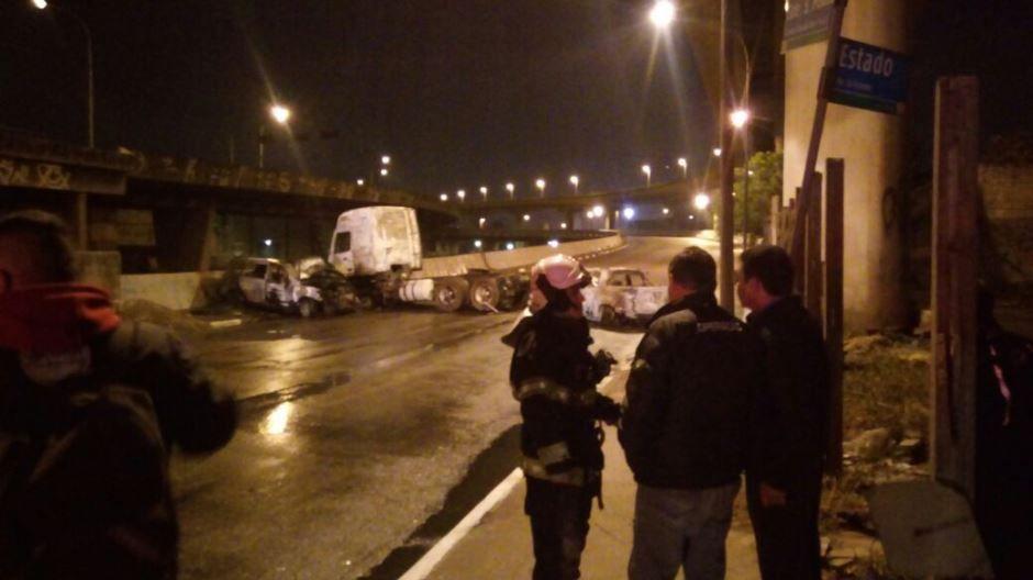 Carro e caminhão foram incendiados próximo ao Viaduto Grande SP