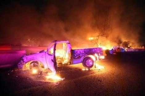 Carros que passavam pelo local também foram atingidos pelas chamas e ficaram destruídos / Ouvinte/BandNews FM