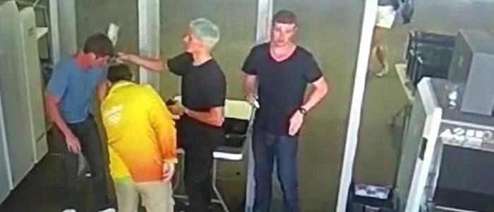 Câmeras de segurança mostram atletas com os pertences