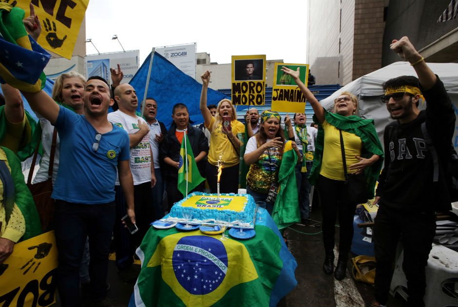 Impeachment gera celebrações e protestos pelo Brasil