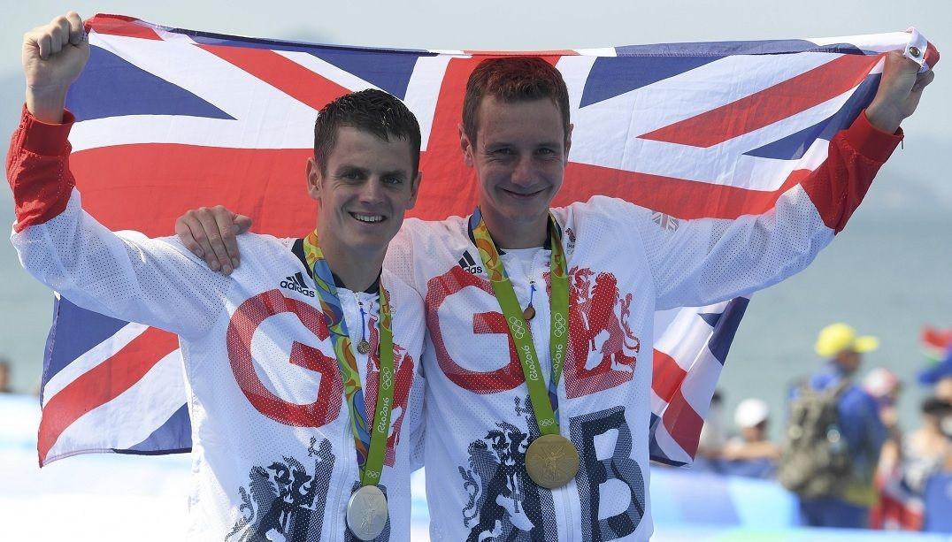 Irmãos britânicos do triatlo levam ouro e prata