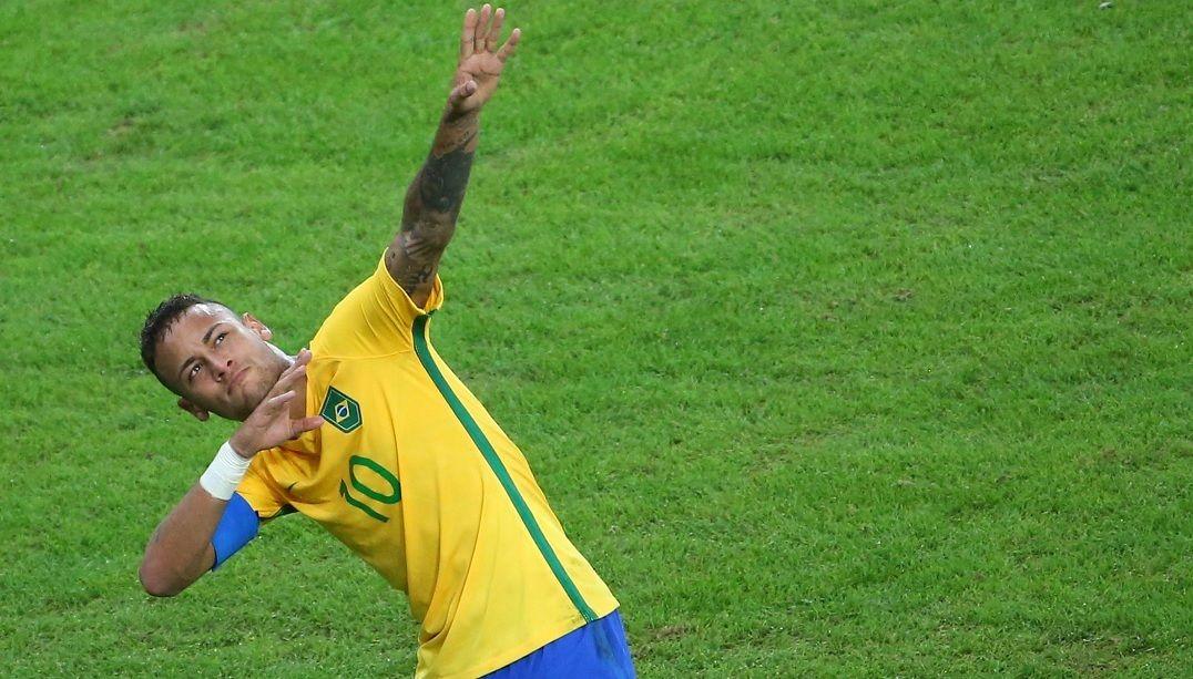 No Maracanã, Bolt ganha homenagem de Neymar e fama de pé quente