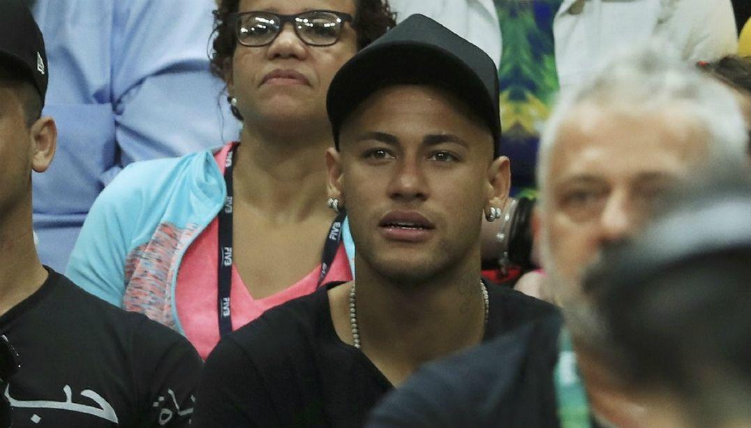 Após medalha de ouro, Neymar acompanha final do vôlei masculino