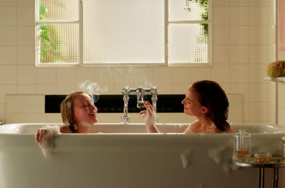 Natalie Portman e Lily-Rose Depp contracenam juntas em trailer