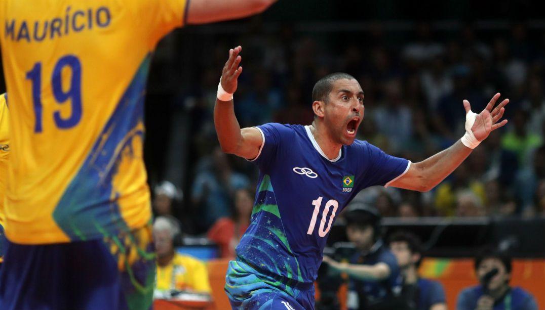 Serginho joga vôlei sentado em visita a seleção paralímpica