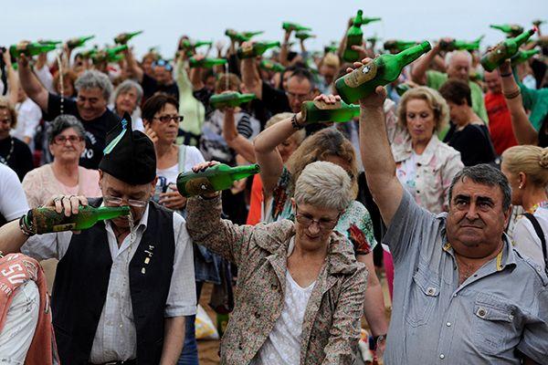 Pessoas se reúnem para bater recorde de derramamento de sidra
