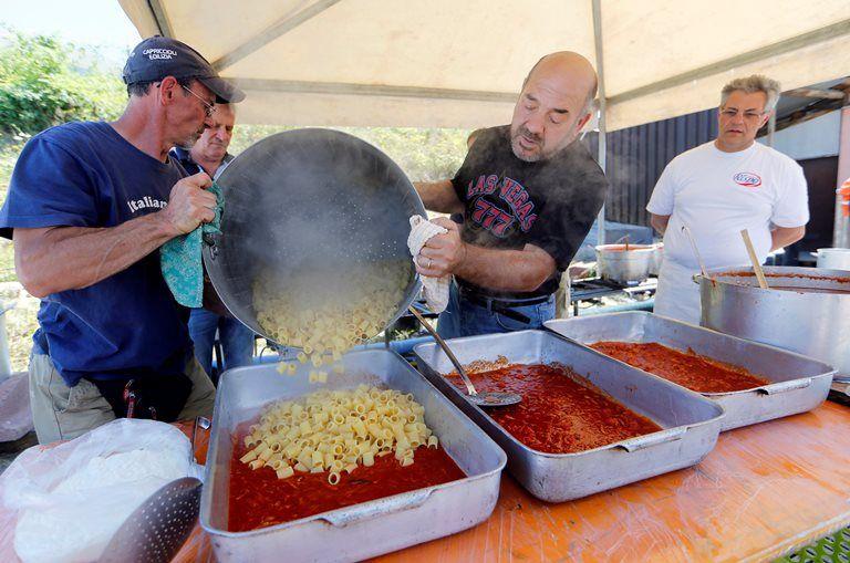 Voluntários vendem macarrão para ajudar vítimas de terremoto