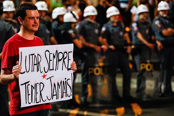 Manifestantes contrários ao impeachment protestam em SP