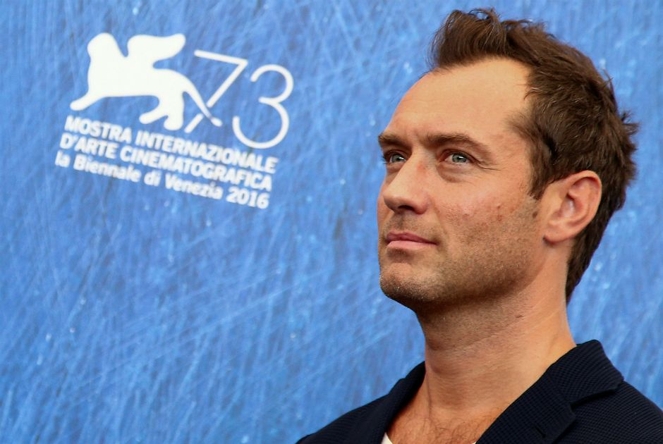 Ator Jude Law impressiona na série The Young Pope