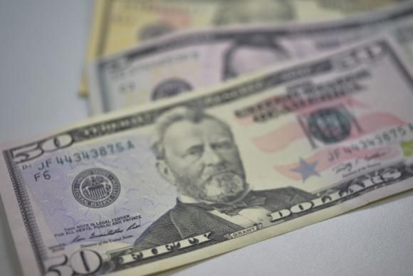 Especialista: brasileiro deve esperar para comprar ações ou dólares