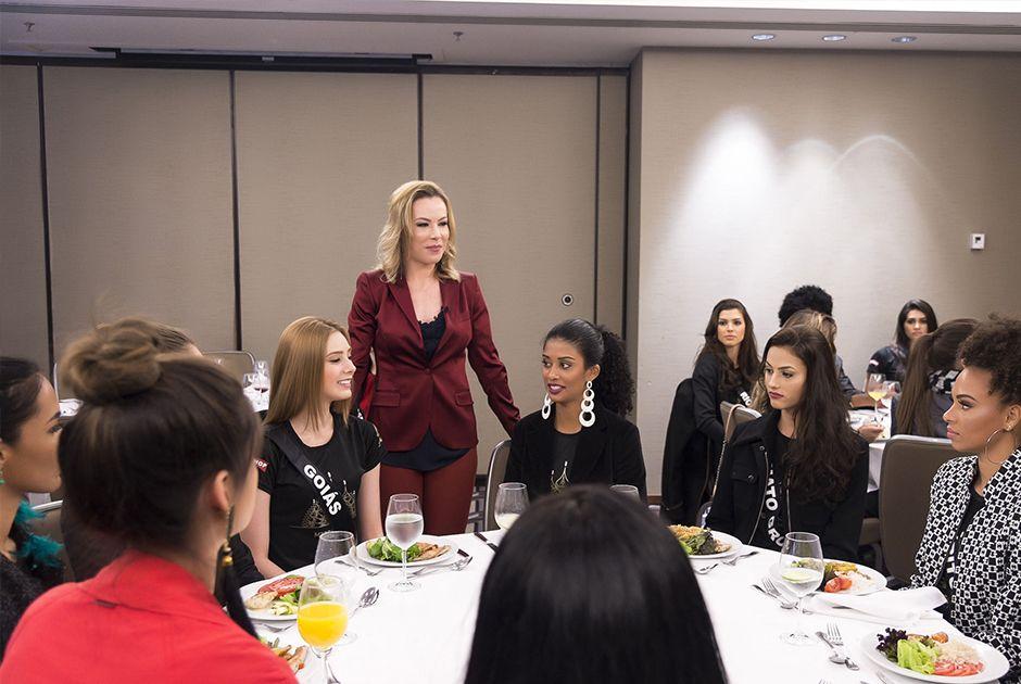 Candidatas recebem orientação de nutróloga durante o almoço