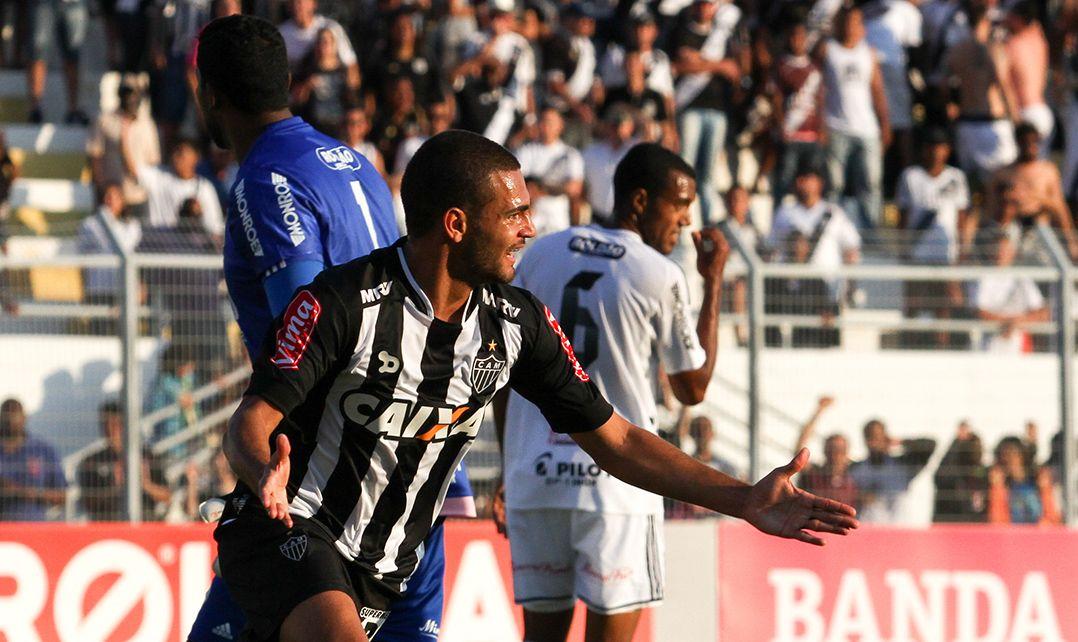 Atlético-MG bate a Ponte Preta e segue vivo no Brasileirão