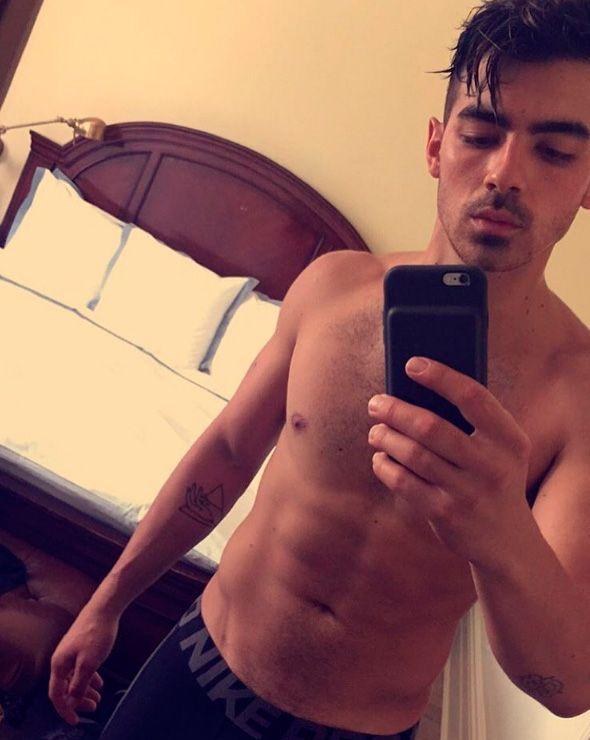 Joe Jonas sensualiza em nova campanha da Guess