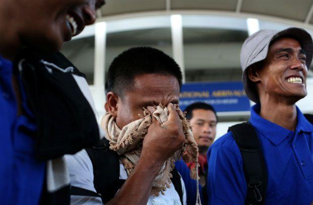 Marinheiros libertados por piratas somalis chegam ao Quênia