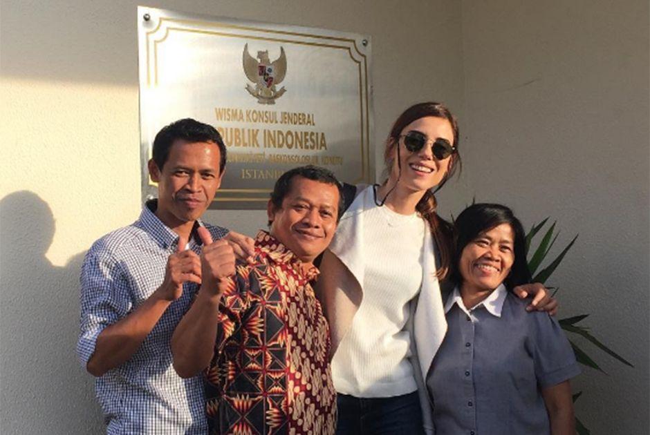 Cansu Dere visita a Indonésia e recebe elogios