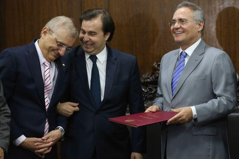 Maia entrega PEC do Teto de Gastos a Renan para análise do Senado