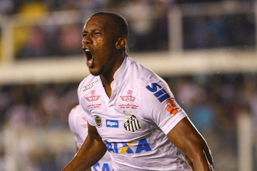 Santos bate Vitória e mantém caça ao Palmeiras