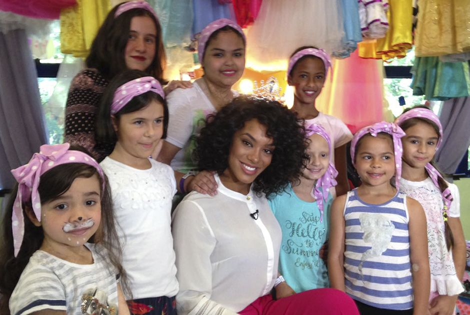 Raissa ministra oficina de lenços para crianças do GRAACC
