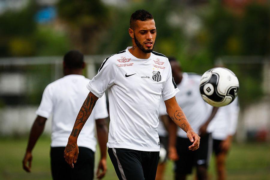 Paulinho discute com torcedor e é afastado pela diretoria do Santos